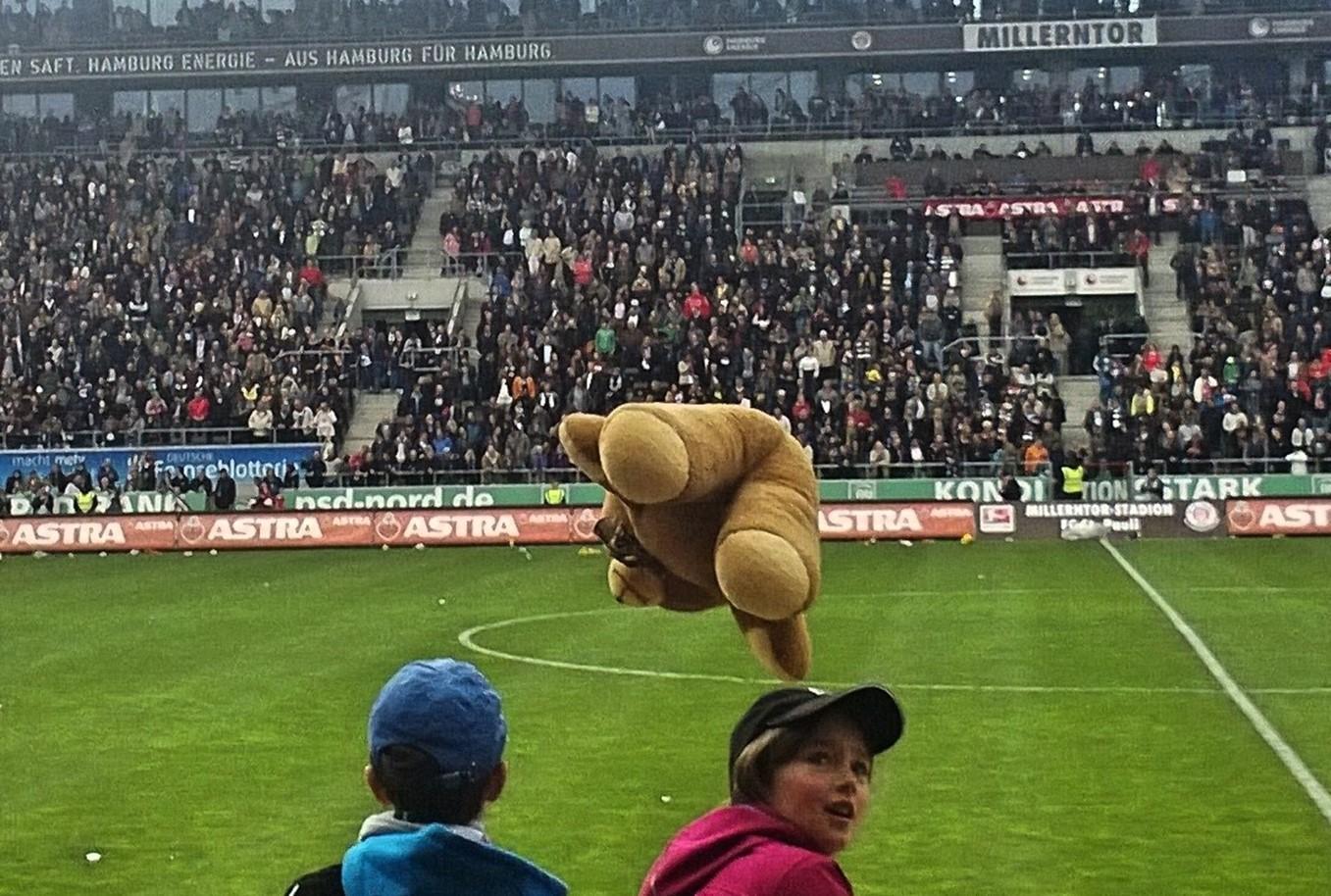 Fliegender Bär beim Abschiedsspiel von Marius Ebbers im Millerntorstadion des FC St. Pauli