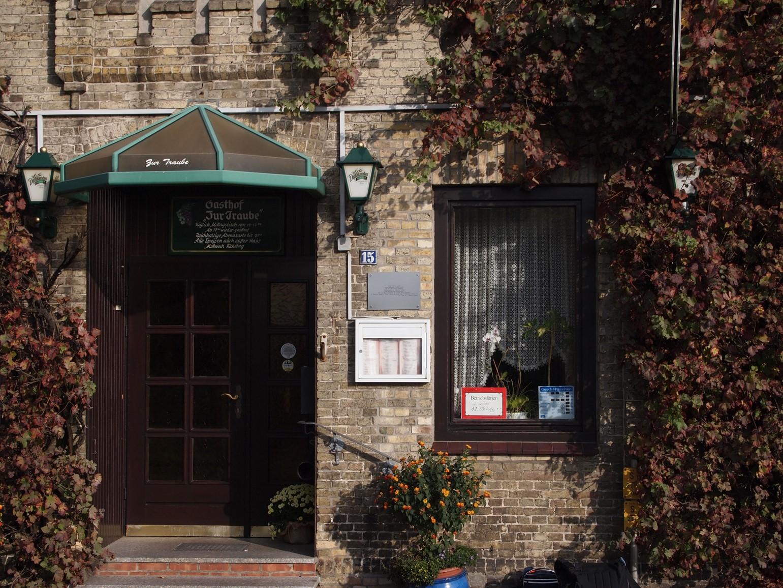 Der Eingang zur Traube - jetzt mit der Arno-Schmidt-Gedenktafel