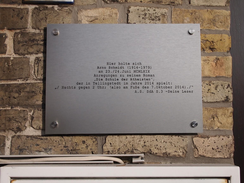 """Hier holte sich Arno Schmidt (1914 – 1979) am 23./24. Juni MCMLXIX Anregungen zu seinem Roman """"Die Schule der Atheisten"""", der in Tellingstedt im Jahre 2014 spielt: """"/ Nachts gegen 2 Uhr; (also am Fuße des 7. Oktober 2014) ./"""""""